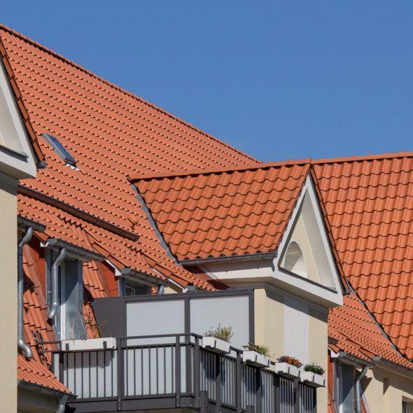 Großes Mehrfamilienhaus mit Hohlfalzziegel Z5