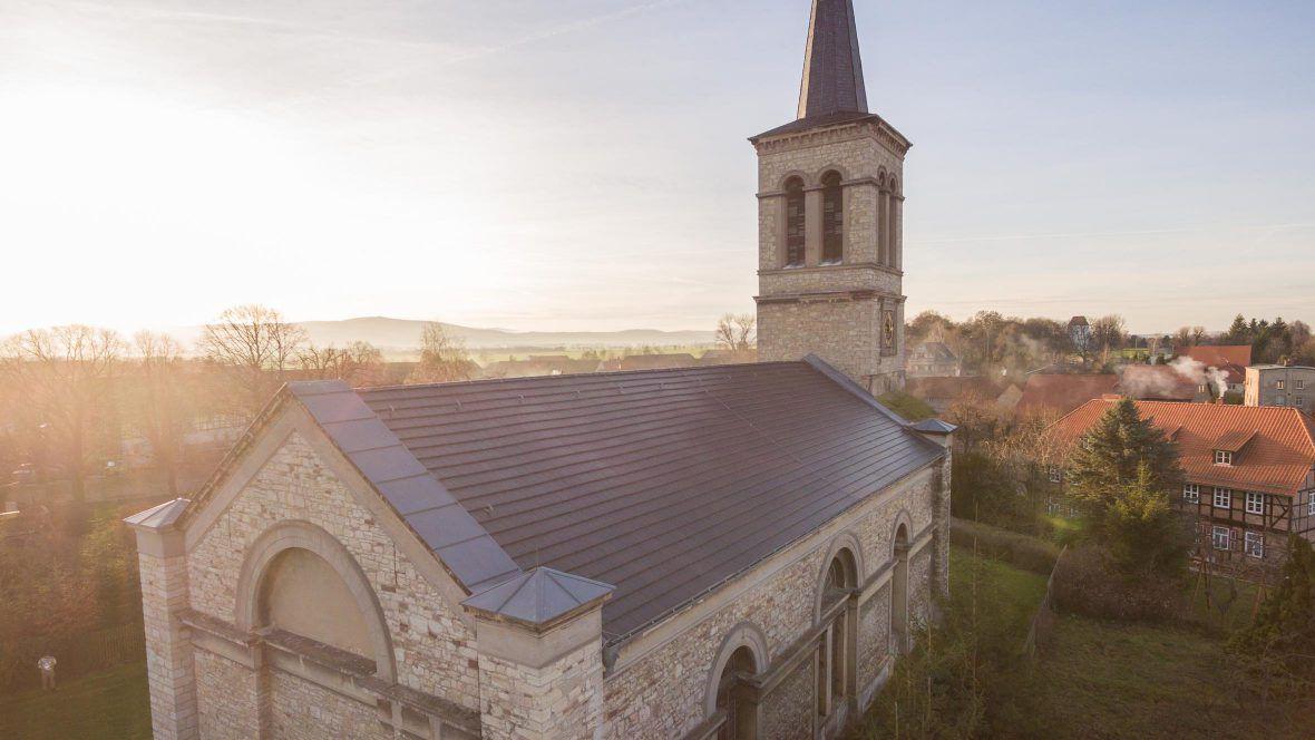 Kirche gedeckt mit Flachziegel WALTHER Stylist in edelschiefer