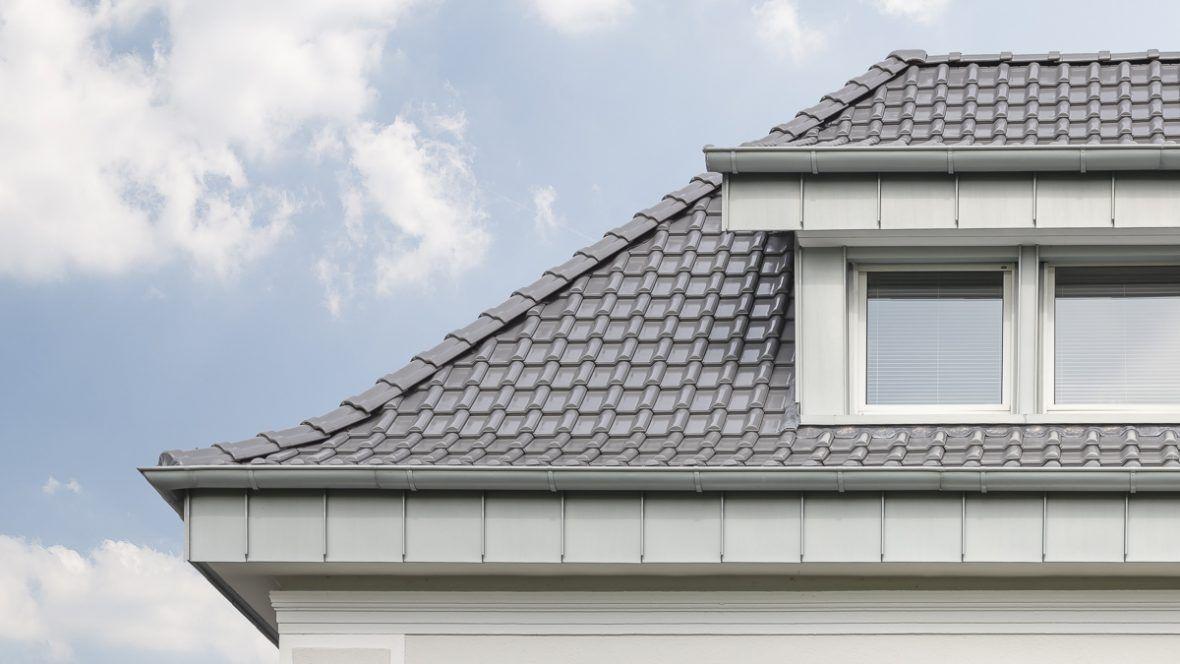 Einfamilienhaus mit Flachdachziegel J13v silbergrau