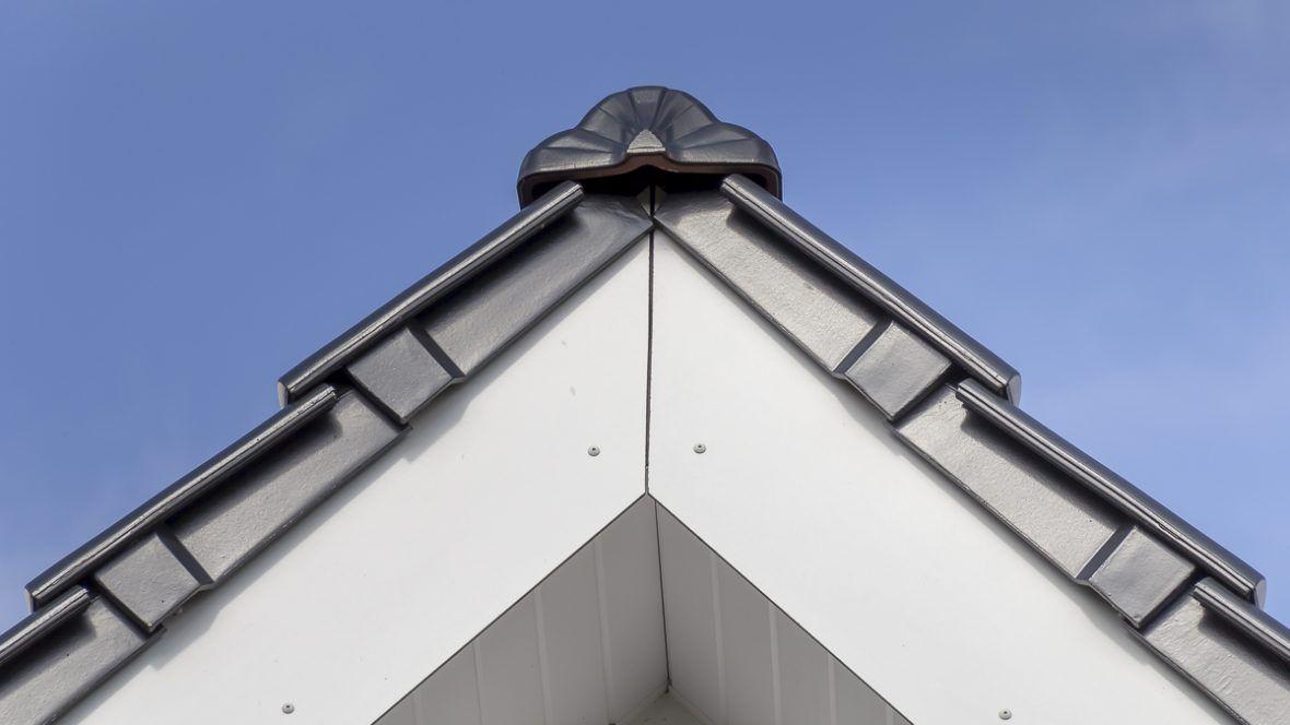 Einfamilienhaus mit Flachdachziegel J13v in schiefergrau matt glasiert