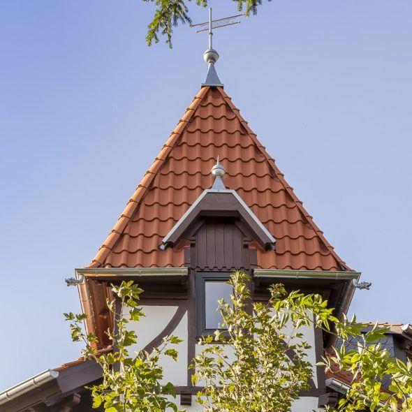 Türmchen einer romantischen Villa mit Hohlfalzziegel Z5 Geradschnitt naturrot hell