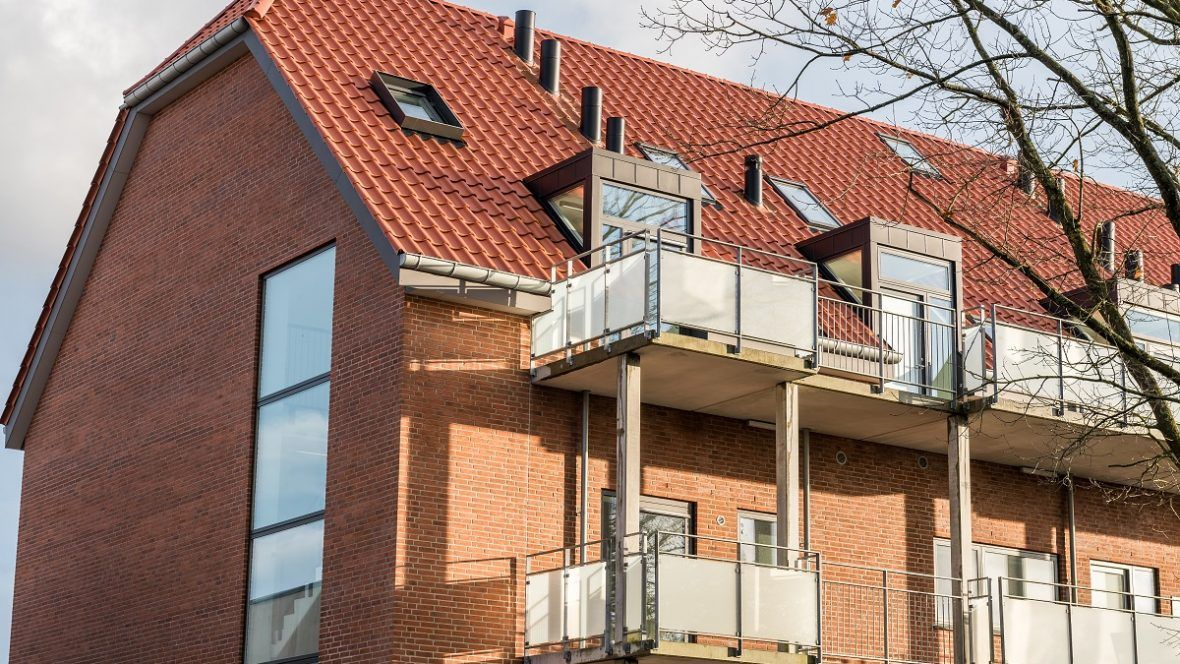 Mehrfamilienhaus mit Großfalzziegel Z9 in rotbraun