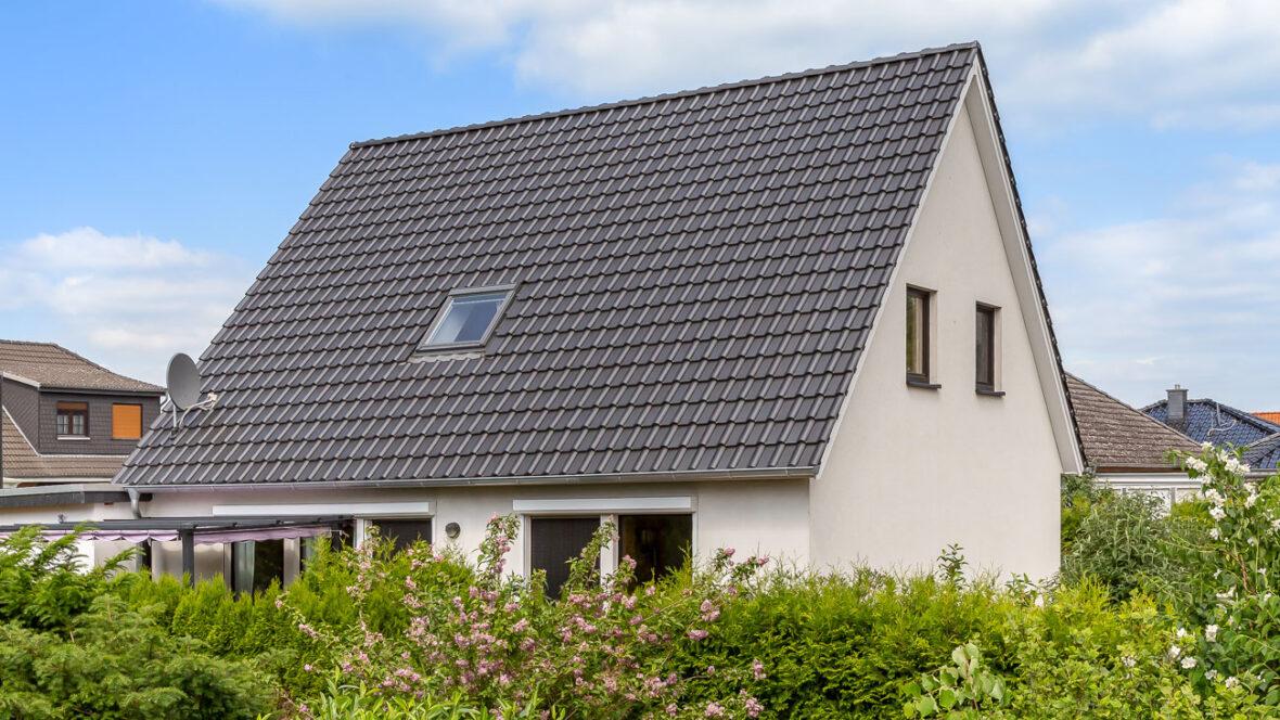 Einfamilienhaus mit Flachdachziegel J11v in schiefergrau matt glasiert