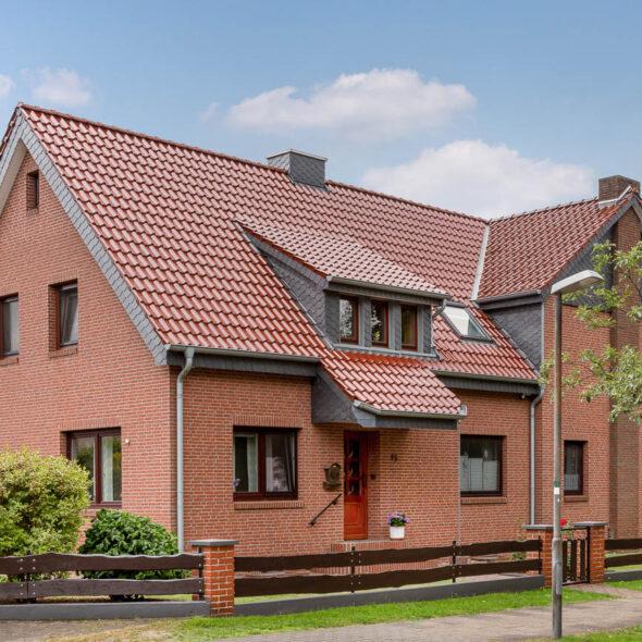 Stort hus med flad falstagsten J13v i Ædelkobber
