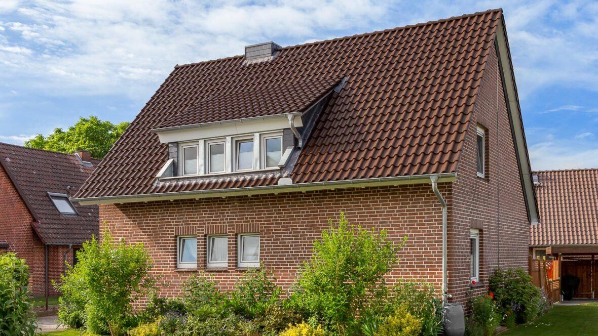 Hus med dyb fastagsten i Mørkebrun