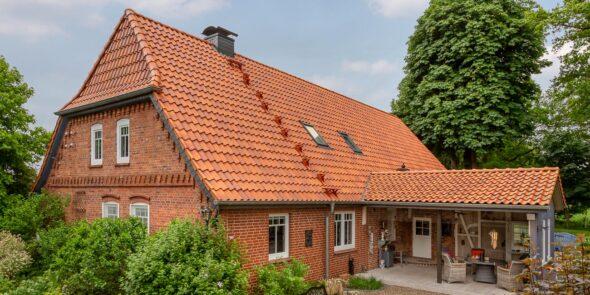 Hus med dyb fastagsten i saltbrændt rød